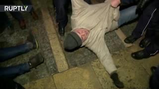 Польский блок: в Кракове протестующие преградили путь машине Качиньского