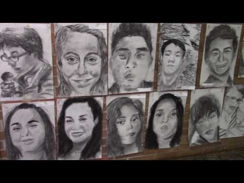 在學校畢業的一天,他將班級超過400位同學的肖像全畫起來!當同學一進班房的時候...