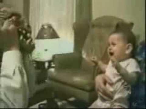 Bebe se asusta de la cara de su padre