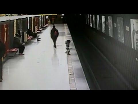 Gerettet! Kleinkind stürzt auf U-Bahngleise
