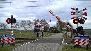 Locatie: GeelbroekerwegTraject: Groningen - ZwolleSoort: AHOBRode lichten: 8Bellen: 4Bomen: 2Andreaskruisen: 2Passeren:- ICMm als SPR Zwolle → GroningenVideo is gemaakt op 04-03-17