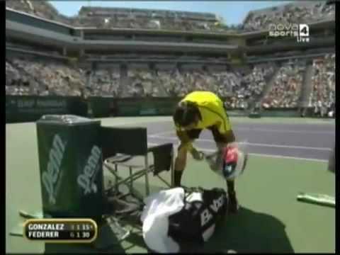 Fernando González rompe su raqueta por perder un punto+