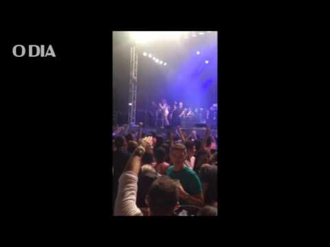 Solange Almeida dá bronca em fãs durante show