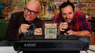 """Descubra o que tem dentro de um Atari, o videogame que foi sucesso absoluto nos anos 80. Desta vez, a gente contou com a participação mais que especial do Marcelo Tas, também conhecido como """"Professor Tibúrcio"""".Inscreva-se: https://m.youtube.com/user/iberethenorio?sub_confirmation=1Site: http://manualdomundo.com.brFacebook: http://facebook.com/manualdomundoInstagram: http://instagram.com/manualdomundoTwitter: @manualdomundoPinterest: https://br.pinterest.com/manualdomundoFacebook Mari: https://facebook.com/marifulfarorealAGRADECIMENTOSMarcelo Tas https://youtube.com/marcelotasTV Cultura https://youtube.com/culturaCRÉDITOSDireção e apresentação: Iberê ThenórioProdução executiva: Mari FulfaroProdução: Adriana ScavoneImagens: Natã Romualdo e Thiago MaiaEdição e finalização de imagens:  Ivan M. FrancoEste é o canal do Manual do Mundo. Vídeos novos todas as terças e sábados, às 11h30.Manual do Mundo Comunicação LTDACaixa Postal 77795CEP 05593-000 SP - SP"""