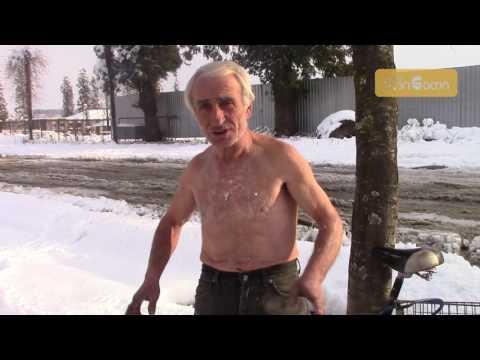 ვინ არის ზუგდიდის თოვლიან ქუჩებში მოსეირნე ბაბუ (ვიდეო)