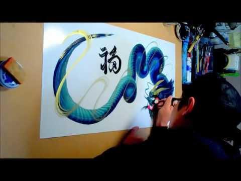 這位神一般的藝術家一筆畫就可以畫完一隻龍。只有看了影片你才會相信!