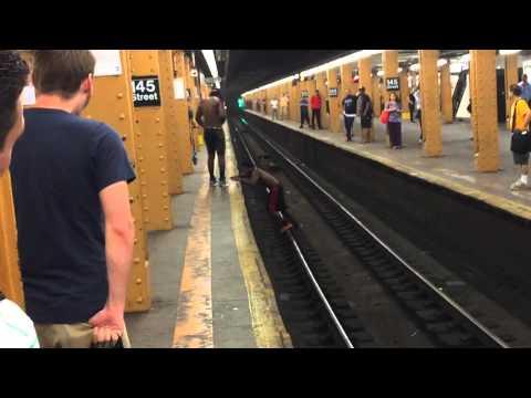 這名男子跟朋友打賭自己能跳過地鐵軌道,結果他硬生生的學到了一堂寶貴的教訓。