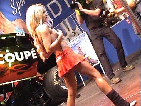 Rubia realizando un Striptease