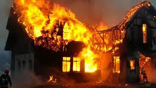 Ogień strawił restaurację w Egiertowie - z żywiołem walczy ponad 20 zastępów strażaków (2/3)
