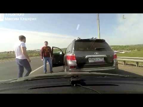 Дорожные войны Наглый автохам отхватил - DomaVideo.Ru