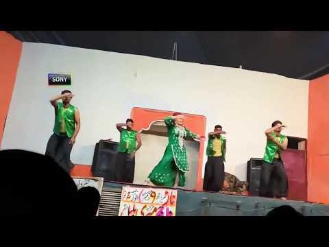 Stage per is ladki ki dance kerte waqt salwar utar gayi