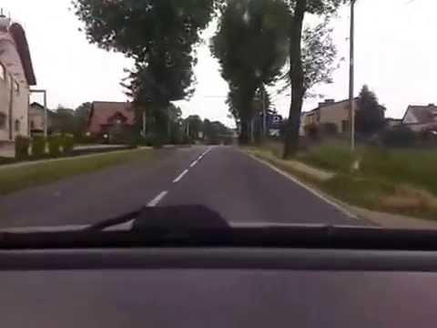 Naisautoilija ylittää rennosti risteyksen – Taisi saada palautetta