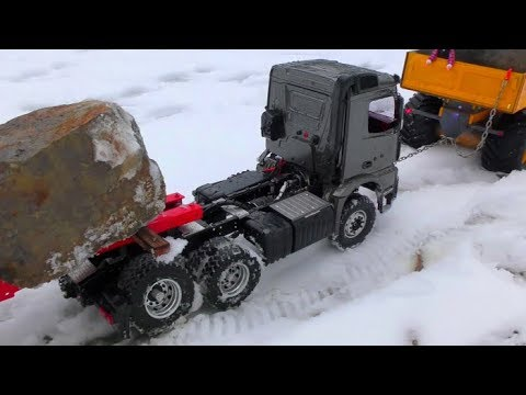 RC VIHICLES ON THE ICE ROAD! BROKEN AXLE AT THE MERCEDES-BENZ 6x6! COOL RC MACHINES WORK IN THE SNOW