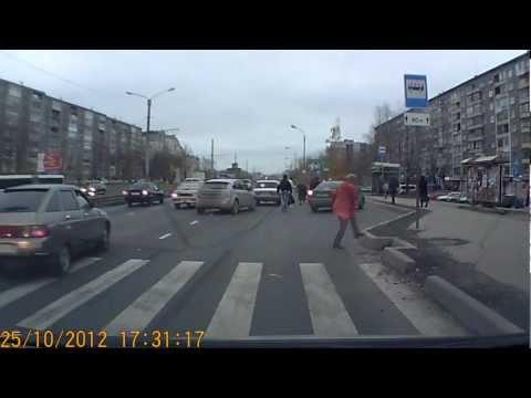 ВАЗ 2106 сбил школьника на переходе!