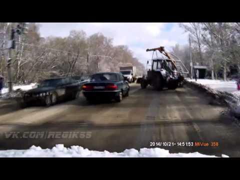 Авария с трактором в Омске