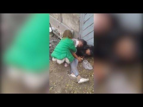 В Бишкеке маленькая девочка пыталась поднять пьяную мать — видео очевидца.