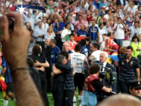 Inter - Bayern Mourinho abbraccia i giocatori 2° (видео)