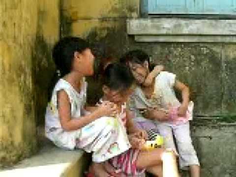 水泳プール近くの少女たち  フエ ベトナム