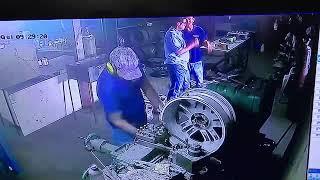 Pechowy pracownik kontra alufelga. To nie był jego najlepszy dzień w pracy