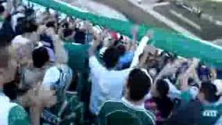 Mancha Verde cantando o hino e subindo bandeirão no jogo contra os bambis.27 de maio de 2007