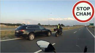 Niebezpieczne wyprzedzanie motocyklisty przez kierowce Mazdy
