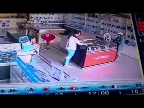 Nhờ nạp thẻ rồi trộm điện thoại trong cửa hàng