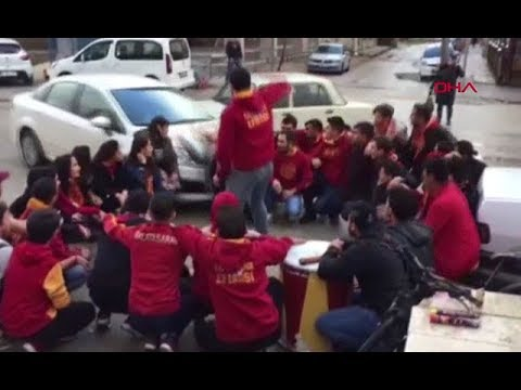 سيارة تدهس مشجعين بإسطنبول - فيديو
