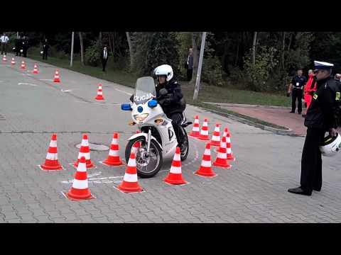 Żenujący popis polskiego policjanta na motocyklu. Dobrze, że się nie zabił!