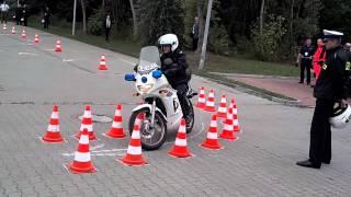 Żałosne zademonstrowanie jazdy na motocyklu organizowany przez policje