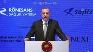 """umhurbaşkanı Recep Tayyip Erdoğan, Alman Dışişleri Bakanının Türkiye'ye yönelik 'yaptırım' tehdidine tepki gösterdi. Erdoğan, Alman şirketlerine soruşturma açıldığı yönündeki iddiaları da yalanlayarak, """"Türkiye'yi karalamaya gücünüz yetmez"""" dedi.Cumhurbaşkanı Recep Tayyip Erdoğan, İkitelli İstanbul Şehir Hastanesi kredi anlaşması imza töreninde bir konuşma yaptı. Programa Erdoğan'ın yanı sıra proje ortakları ve çok sayıda davetli katıldı.Sözlerine dün meydana gelen ve Bodrum'un etkilendiği deprem ile ilgili konuşarak başlayan Erdoğan, """" Ülkemiz ve Yunanistan'daki vatandaşlara geçmiş olsun diyorum. Bu hadise bize deprem bölgesinde yaşadığımız ve afetlere her an hazırlıklı olmamız gerektiği gerçeğini bir kez daha hatırlatmıştır. Dün geceki oldukça şiddetli depremde ciddi bir hasar ortaya çıkmaması alınan tedbirlerin etkili olduğunu göstermiştir"""" dedi.""""ALMANYA KENDİNE ÇEKİ DÜZEN VERMELİDİR""""Türkiye'ye davet edilen herkesle, birlikte kazanmaya davet edildiğini de söyleyen Erdoğan, Alman şirketlerin Türkiye'deki durumuna ve Almanya'dan yapılan Türkiye'ye seyahat ile ilgili açıklamalara atıfta bulunarak, """" Bizimle çalışmak isteyen herkese ülkemizin kapılarının sonuna kadar açık olduğunu burada bir kez daha ifade etmek istiyorum. Biz böylesine iyi niyetli yaklaşırken bazılarının ticaret ile siyaseti birbirine karıştırdığını görüyoruz. Alman ekonomi bakanının yaptığı davranışları kınıyorum. Terör ile teröre bulaşanlar ile siyaseti birbirine karıştırmayın. Ben Milli İstihbarat Teşkilatı'nı ve İç işleri bakanını aradım sordum. Alman şirketi ile başlatılan soruşturma araştırma var mı diye. Alman şirketleri ile soruşturma araştırma yalandır. Türkiye'yi karalamaya gücünüz yetmez. Bu tür şeyler ile bizi korkutmaya gücünüz hiç yetmez. Biz bugüne kadar Türkiye'de faaliyet gösteren Alman firmaları nasıl güvence altına aldıysa bundan sonra da aynı şekilde devam edecek. Şu anda olayı farklı mecraya çekmek için Almanya'nın Türkiye ile olan siyasetini lekelemek isteyenler farklı bir nokt"""