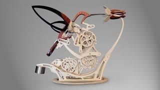 Piękna drewniana rzeźba kinetyczna, która symuluje ruch kolibra w locie.