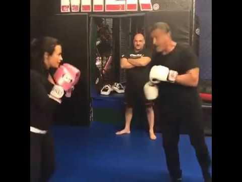 Demi Lovato boxea con Sylvester Stallone y gano a ROCKY
