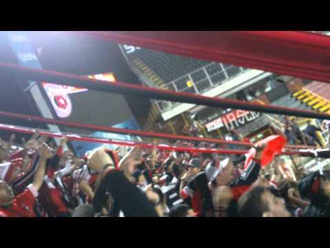 Gran recibimiento a Oviedo de parte de la 12 LDA - La 12 - Alajuelense