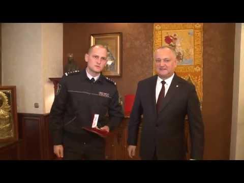 """Igor Dodon a conferit medalia """"Pentru Vitejie"""" polițistului Ivan Cebanov"""