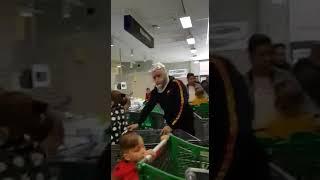 Hiszpania i koronawirus, supermarket ludzie w torebkach na głowie.