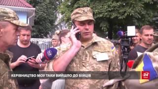 Боєць АТО прикував себе ланцюгом до стовпа під стінами Міністерства оборони через байдужість офіцерів.Читати на сайті: http://24tv.ua/n845334
