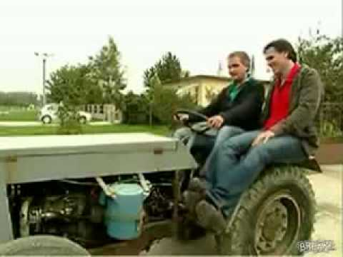 Graciosa caida del tractor