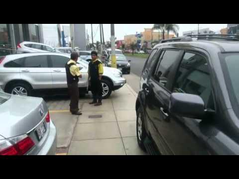 Quejas por empresa que vende autos y ocupa veredas en La Molina