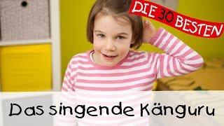 """""""Das Singende Känguru"""" ist ein sehr beliebtes Kindertanzlied, welches besonders berühmt wurde, als 2004 eine Partyversion des Liedes vom singenden Känguru als """"Känguru Dance"""" die deutschen und österreichischen Charts auf Platz 19 enterte und auch eine Coverversion von DJ Ötzi schaffte den Sprung in die Top 20. Der Hit wurde geschrieben und komponiert vom König der Kinderdisco Volker Rosin und dieses Video zeigt alle Bewegungen.Zum Mitmachen und Mitsingen: """"Hört gut zu, hört gut zu,jetzt kommt das singende Känguru...""""Der Song """"Das Singende Känguru"""" stammt in die diesem Fall von der DVD """"Die 30 besten Kinderlieder"""" und wird gesungen von Simone Sommerland, die auch in diesem Video zu sehen ist.Unsere besten Kinderlieder-Playlisten für unterwegs, die man auch wunderbar offline anhören kann, findet ihrauf unserem Spotify-Kanal:https://bit.ly/KinderliederTop100Kaufen könnt Ihr unsere Lieder hier:Das Album mit dem Lied bei Amazon:♪ http://bit.ly/kinderpartyliederDie DVD gibt es auch bei Amazon:♪ http://bit.ly/DVDKinderliederDas Lied bei iTunes kaufen:♪ http://bit.ly/iTunesPartyliederFolgt uns auf Facebook:http://facebook.com/die30bestenOder besucht unsere Webseite:http://lampundleute.deSpiel- und Bewegungslieder die besonders in Krabbelgruppen, Kindergärten und beim Kinderturnen großen Anklang finden. Hier gibt es eine Auswahl an Klassikern wie zum Beispiel """"Rommel - Bommel"""", """"Meine Hände sind verschwunden"""", """"5 kleine Fische"""" und """"Aramsamsam"""".DER LIEDTEXT ZUM MITSINGEN:Guckt mal, wer da kommt!Das singende Känguru.Let's Dance - the Känguru Dance!Hört gut zu, hört gut zu,jetzt kommt das singende Känguru,hört gut zu, hört gut zu,dem singenden und springengen Känguru.Hört gut zu, hört gut zu,jetzt kommt das singende Känguru,hört gut zu, hört gut zu,dem singenden und springengen Känguru.Klatscht alle in die Hände -uh uh Känguru!Genau so - uh uh Känguru!Macht alle mitIn Zoo ist heute mächtig was los,die Wärter fragen sich, was haben die bloß,die Affen stellen schon die Stühle be"""