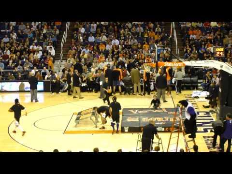 NBA漏網鏡頭,花式大車輪灌籃,卻把自己灌進籃框XD