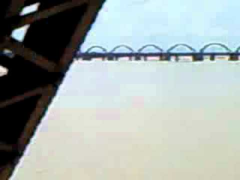 Godavari Bridge at Rajahmundry.wmv
