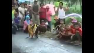 Vidéo d'un singe qui conduit une petite moto puissante