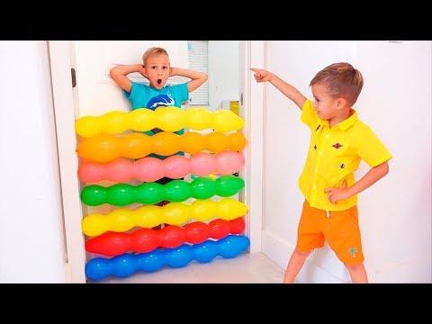As crianças Vlad e Nikita brincam com balões