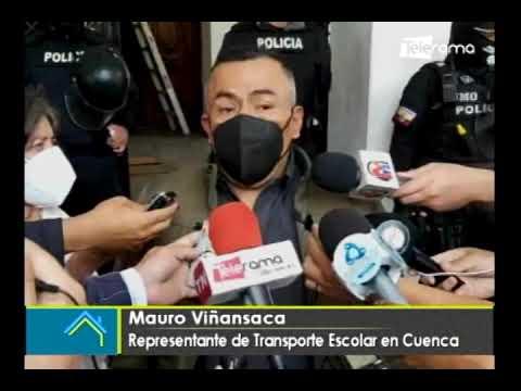 Transportistas escolares realizan manifestaciones en exteriores de Gobernación del Azuay