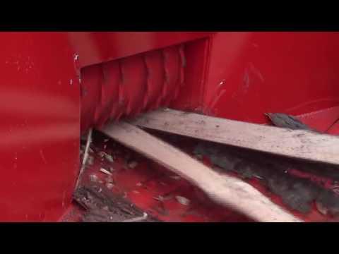 Picador Florestal PFL 300 x 500 T Triturando Galhos, Costaneiras e Troncos