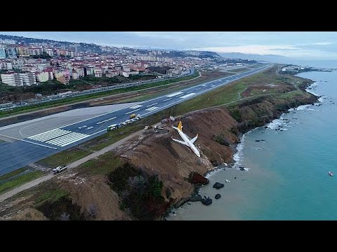 Türkei: Boeing 737 schießt bei Landung über Piste hin ...