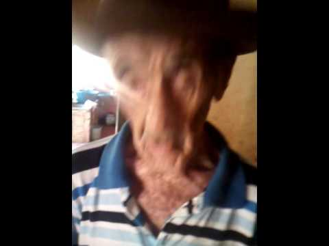 Esse é o Sr Luciano, mora em Itapuranga Goiás, e está fazendo 101 anos de vida.