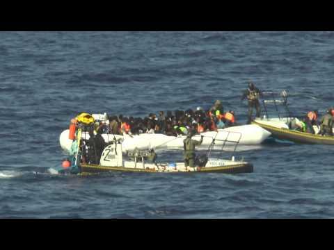Visa film Sjöräddning av migranter i gummibåt 150826 1 (HD)