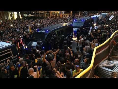 La Policia marxa del davant de la Seu de la CUP (видео)