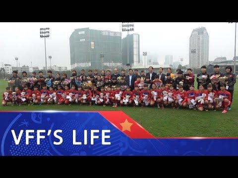 Bộ trưởng Nguyễn Ngọc Thiện tặng tới thăm và tặng hoa cho các đội tuyển nữ Việt Nam  | VFF Channel - Thời lượng: 86 giây.